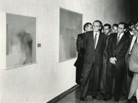 Francisco Calvo Serraller y Alfonso Guerra en la exposición Antológica sobre Zóbel, 1985