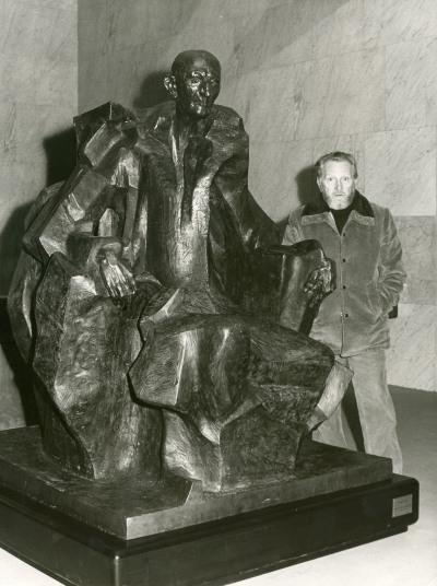 Pablo Serrano junto a su escultura de Juan March Ordinas. Primera exposición de becarios de artes plásticas