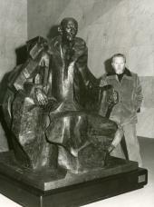 Pablo Serrano junto a su escultura de Juan March Ordinas. Primera exposición de becarios de artes plásticas, 1975