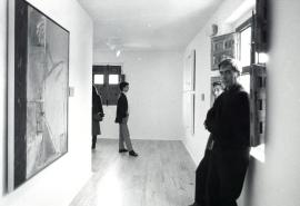 Mario Vargas Llosa en su visita al Museo de Arte Abstracto Español, 1987