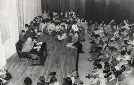 Alexandre Cirici Pellicer en el ciclo sobre Sigmund Freud rodeado de público, 1976