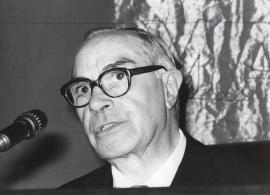 Rafael Lapesa. Conferencia sobre El problema de la lengua en Feijóo dentro del ciclo Centenario de Feijóo , 1976