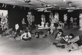 Vista parcial con niños de la exposición Jean Dubuffet, 1976