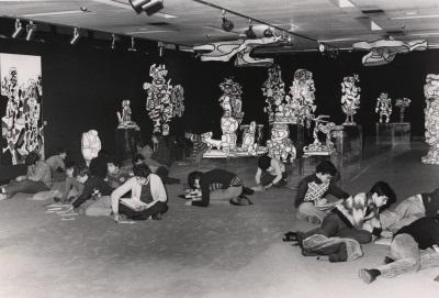 Vista parcial con niños de la exposición Jean Dubuffet