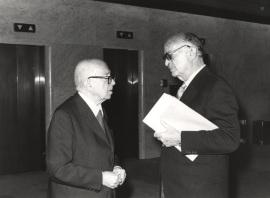 Dámaso Alonso y Pedro Grases. Conferencia sobre Bello y su tiempo dentro del ciclo Andrés Bello en su II centenario , 1980