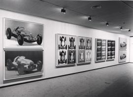 Vista parcial de la exposición Andy Warhol, Coches, 1990