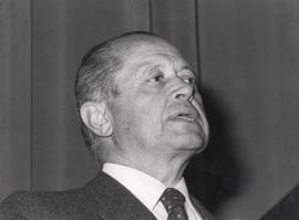 José María Segovia de Arana. Conferencia sobre Oncogene activation : A mechanism in carcinogenesis? dentro del ciclo ADN y cáncer , 1984