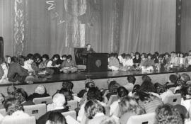 Antonio Buero Vallejo. Conferencia sobre Mis autores preferidos dentro del ciclo Teatro Español del siglo XX, rodeado de público, 1985