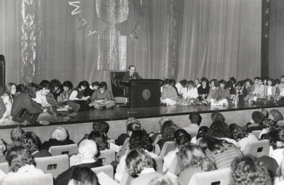Antonio Buero Vallejo. Conferencia sobre Mis autores preferidos dentro del ciclo Teatro Español del siglo XX, rodeado de público