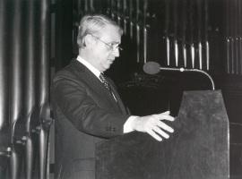 Cristóbal Hallfter en la presentación de su obra Tres Poemas de la Lírica Española, 1987