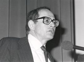 Gerald M. Edelman. Conferencia sobre The molecular regulation of tissue pattern and animal form = Regulación molecular del patrón de tejidos y la forma animal - Cell Receptors and Chemical signals , 1987