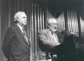 Agustín González Acilú y Antonio Gallego Gallego en la presentación del Concierto Monográfico con obra de Agustín González de Acilú, 1989