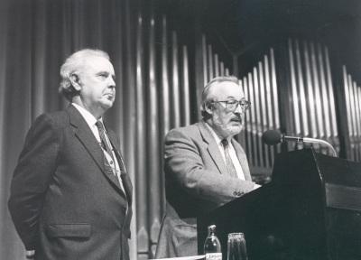Agustín González Acilú y Antonio Gallego Gallego en la presentación del Concierto Monográfico con obra de Agustín González de Acilú