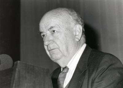 Julián Gállego. Conferencia sobre La España de Pablo Picasso dentro del ciclo En torno a la Exposición Picasso: El sombrero de tres picos