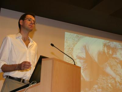 Daniel Canogar en la conferencia inaugural de la exposición Fotografía años 80-90