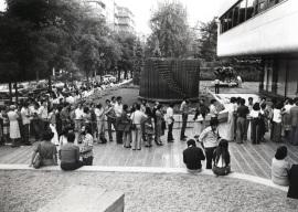 Visitantes a la exposición Picasso, 1977