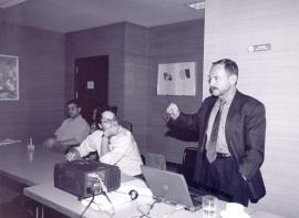 Adam Przeworski. Profesor de seminario. A su izquierda José Ignacio Torreblanca e Ignacio Lago. Curso 2001-02, 2002