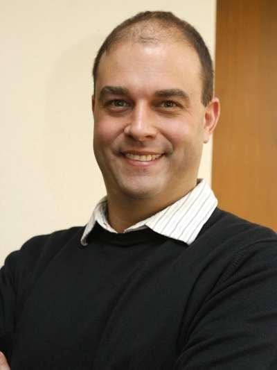 Joshua Tucker. Profesor de seminario.