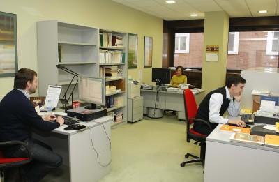 Luis Martínez Uribe, Almudena Knecht, José Luis Salado. Salas de trabajo de la Biblioteca CEACS