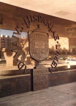 Emblema de la Fundación Juan March en la fachada del edificio en 1975, 1975