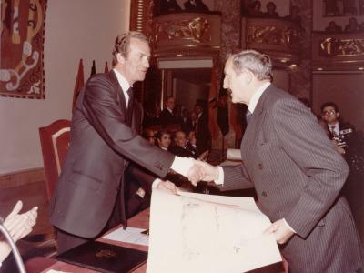 Juan Carlos de Borbón y Pablo Serrano. Entrega de la Medalla de Plata del Círculo de Bellas Artes de Madrid