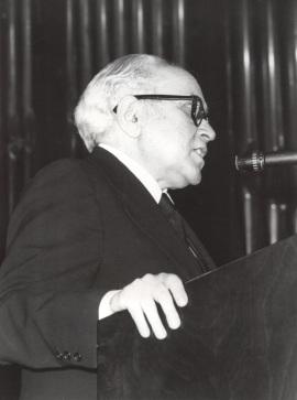 Federico Sopeña en la presentación del compositor en el Homenaje a Joaquín Rodrigo, en su ochenta aniversario, 1981