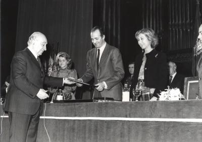 Federico Moreno-Torroba, Soledad Becerril, Juan Carlos de Borbón y Sofía de Borbón. Acto de entrega de los Premios de la Sociedad General de Autores Españoles