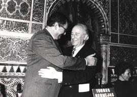Juan March Delgado y Antonio Mingote. Concesión a la F.J.M. del Garbanzo de plata, 1989