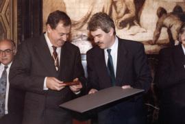 Juan March Delgado y Pascual Maragall. Entrega de la Medalla de Oro al Mérito Artistico a la Fundación Juan March, concedida por el Ayuntamiento de Barcelona, 1993