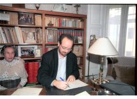 Obdulia Turina Garzón y Joaquín Turina Gómez. Firma de entrega del Legado Joaquín Turina a la Fundación Juan March, 2003