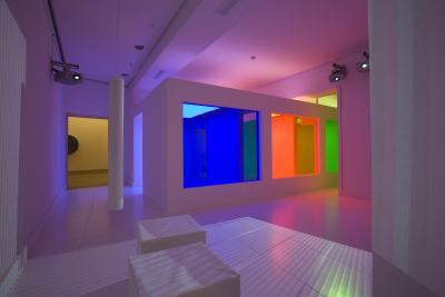 Vista parcial. Exposición Carlos Cruz-Díez: El color sucede