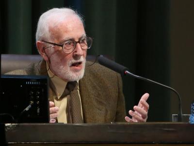 Eduardo Martínez de Pisón Stampa. En conferencia sobre En busca de la cumbre más elevada - La búsqueda de los confines