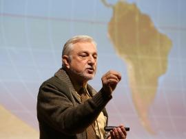 Javier Cacho. En conferencia sobre Exploraciones en el mundo helado: la Antártida - La búsqueda de los confines , 2014
