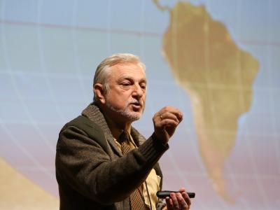Javier Cacho. En conferencia sobre Exploraciones en el mundo helado: la Antártida - La búsqueda de los confines