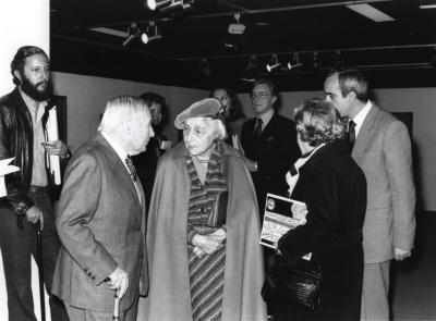 Joan Miró con Marguerite Duthuit, hija de H. Matisse, en la Exposición Henri Matisse Óleos, dibujos, gouaches découpées, esculturas y libros