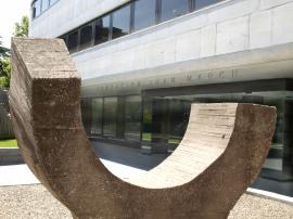 Exterior del edificio sede. Escultura de Eduardo Chillida (1974), 2009