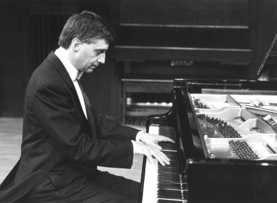 Amador Fernández Iglesias. Concierto Sevilla en el piano