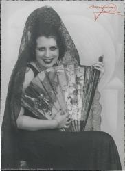 Fotografía de mujer sin identificar. Sentada, con mantilla y abanico.