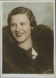 Fotografía de mujer sin identificar, con abrigo de piel.