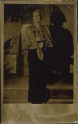 Fotografía de actriz sin identificar, con vestido negro y chal.