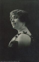 Fotografía de mujer sin identificar con vestido de tirantes.