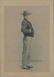 Fotografía de hombre sin identificar. Vestido con sombrero y chaquetilla corta.