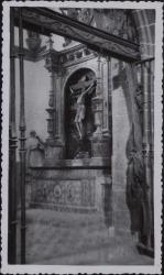 Tarjeta postal con fotografía de una capilla cuya ornamentación es obra de Juan Ruiz de Luna firmada por éste.