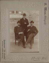 Fotografía de Carlos Fernández Shaw con su hijo Carlos y otro señor sin identificar.