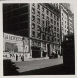 """Fotografías del cartel anunciando el estreno de la película """"La revoltosa"""" en Madrid."""