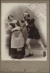 """Fotografía de una escena de """"La venta de Don Quijote"""" de Carlos Fernández Shaw, música de Ruperto Chapí. Actores, Prudencia Grifell y Paco Martínez. (Barcelona)"""